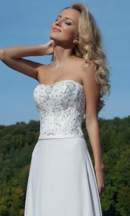 Жемчужно-белое вечернее платье элегантного прямого кроя с вышивкой на корсете.