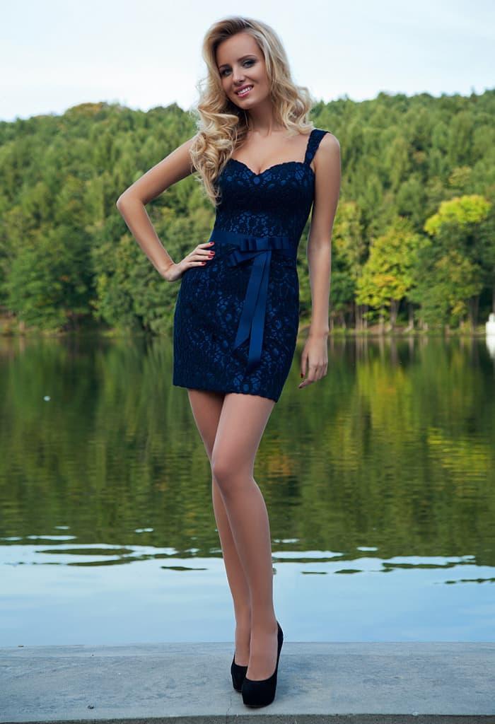 Синее вечернее платье кроя «футляр» с лифом в форме сердца и широкими бретелями.