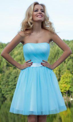 Голубое вечернее платье с кокетливой пышной юбкой, атласным поясом и открытым корсетом.