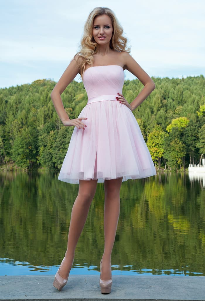 Розовое вечернее платье с лаконичным открытым лифом и многослойной короткой юбкой.