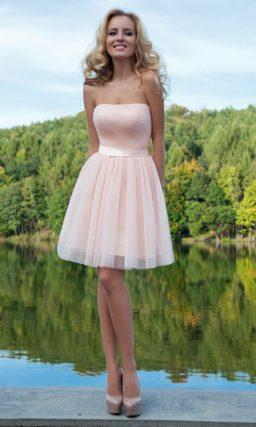 Романтичное вечернее платье светлого розового цвета с пышной юбкой до колена.