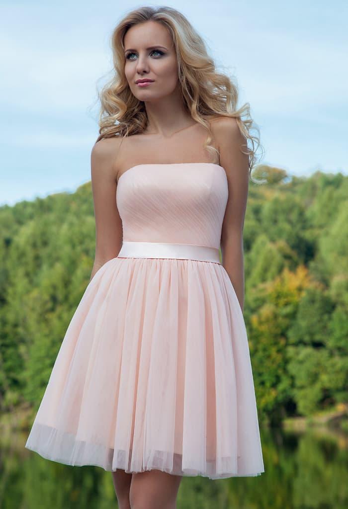 Романтичное вечернее платье светлого розового цвета с пышной юбкой до  колена. bc416c80bf0