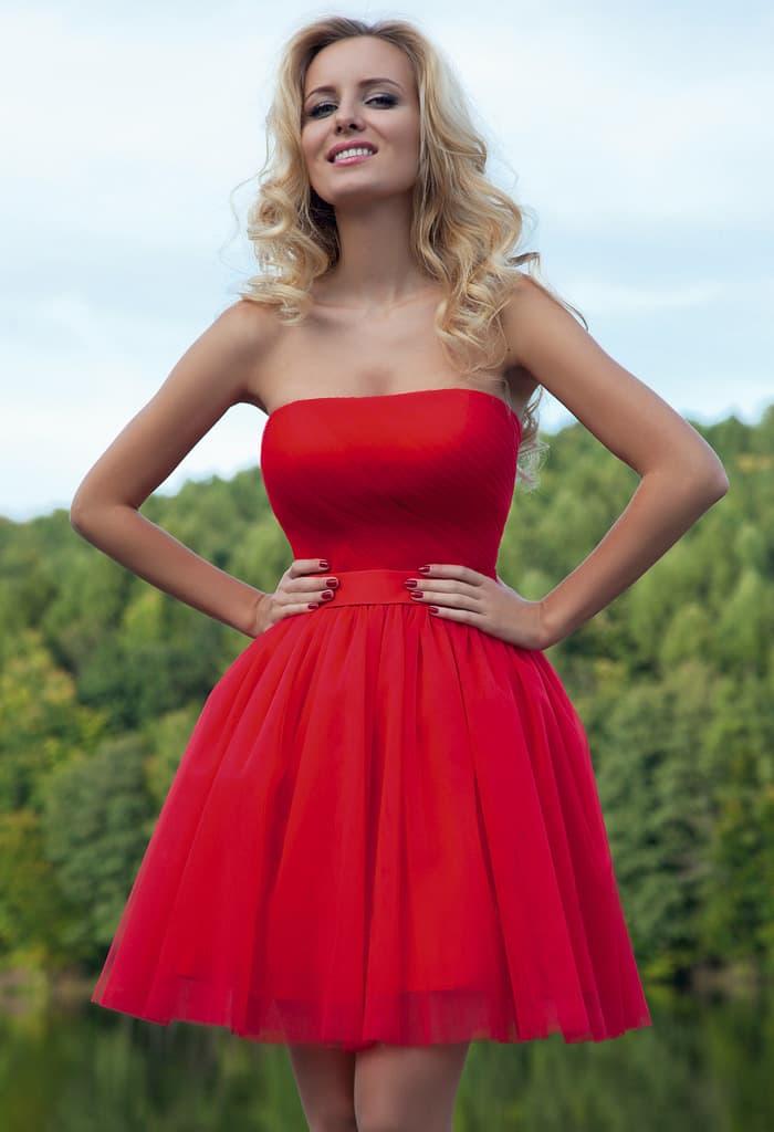 Короткое вечернее платье насыщенного алого цвета с многослойной шифоновой юбкой.