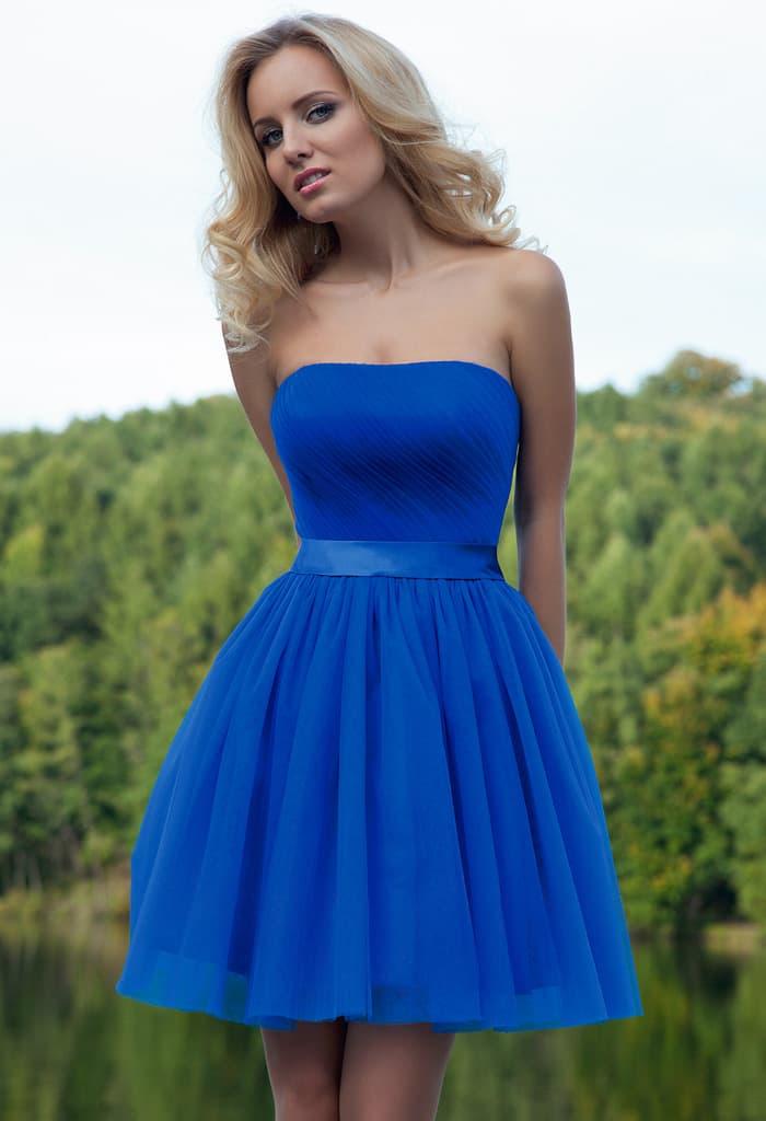 Яркое вечернее платье с пышной юбкой длиной до середины бедра и прямой линией декольте.