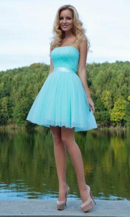 Короткое вечернее платье яркого голубого цвета с пышной юбкой и открытым прямым лифом.