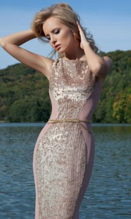 Вечернее платье прямого силуэта с роскошной сверкающей полосой пайеток по всей длине.