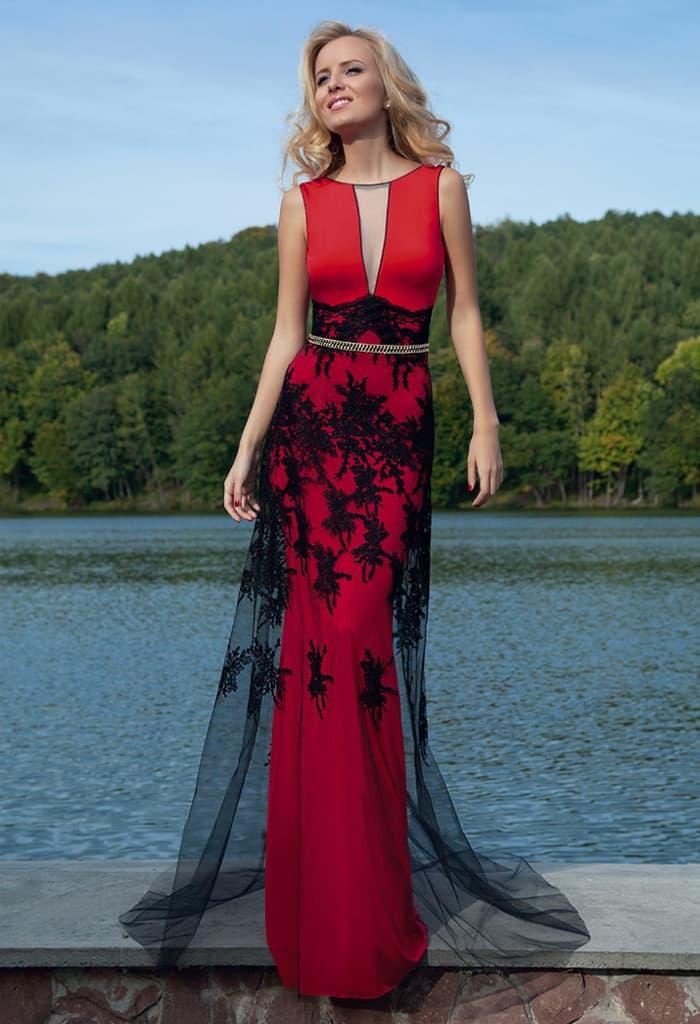 30094ff2cb0 Прямое вечернее платье красного цвета со смелой отделкой полупрозрачной  черной тканью.
