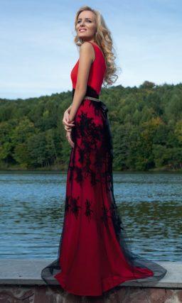 Прямое вечернее платье красного цвета со смелой отделкой полупрозрачной черной тканью.