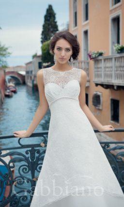 Свадебное платье «принцесса» с многослойной юбкой и закрытым ажурным верхом.