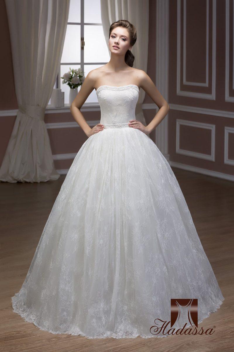 Открытое свадебное платье с многослойной кружевной юбкой пышного силуэта.