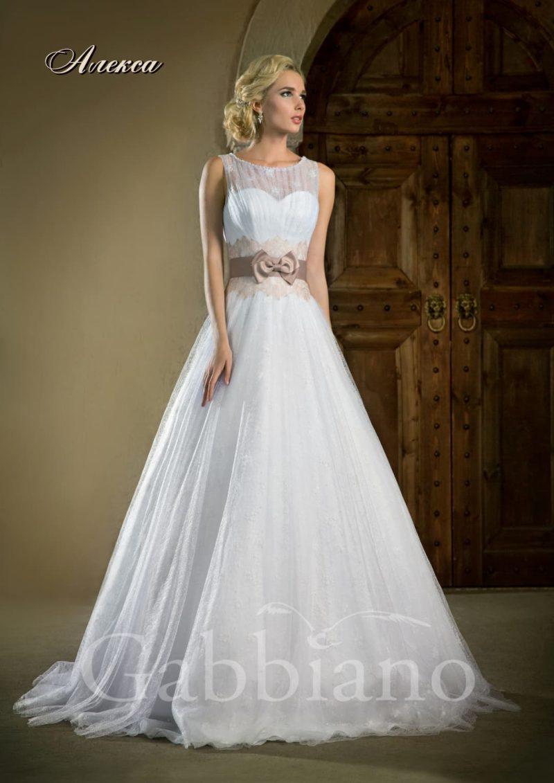 Свадебное платье с закрытым ажурной тканью лифом, цветным поясом и юбкой А-силуэта.