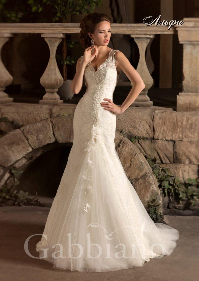 Свадебное платье с силуэтом «рыбка», многослойным шлейфом и V-образным декольте.