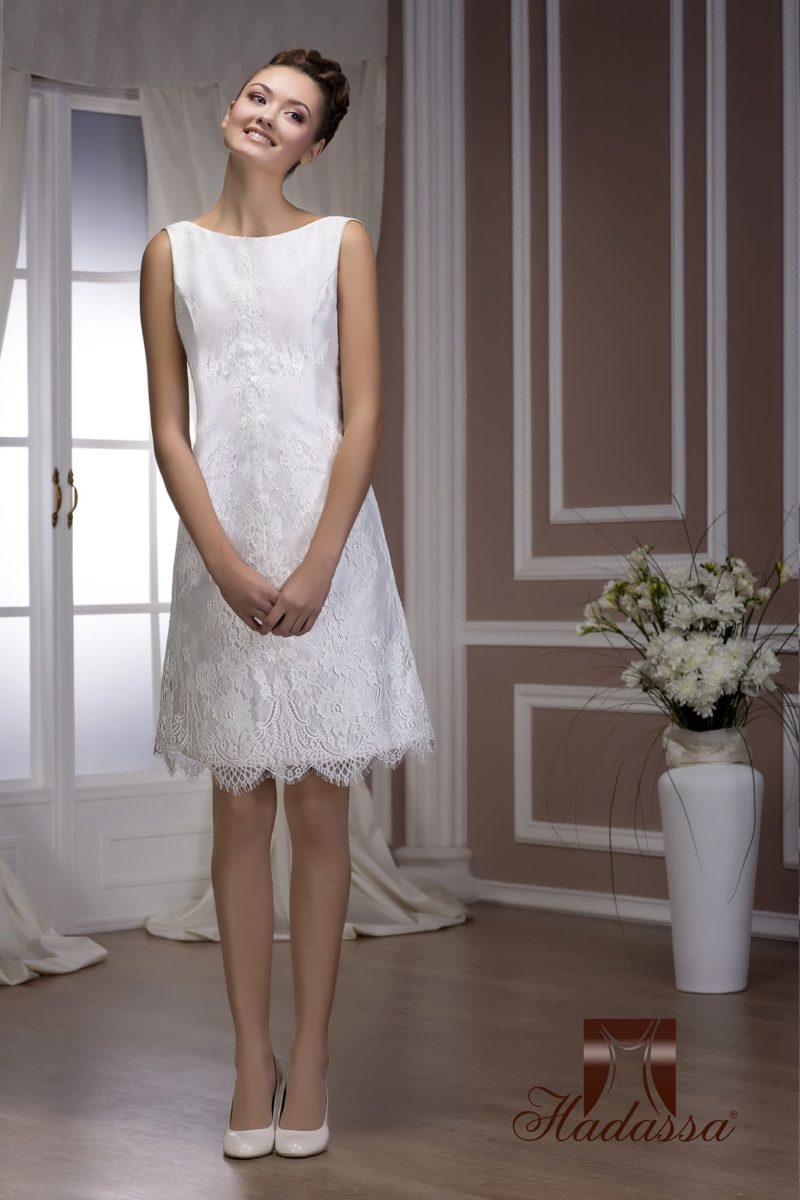 Трогательное свадебное платье с короткой юбкой прямого силуэта и нежным кружевом отделки.