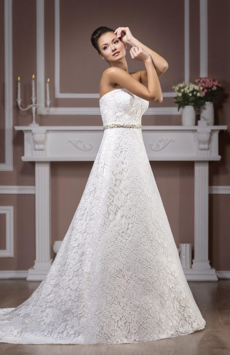 Фактурное свадебное платье А-силуэта, от лифа  в форме сердца до края шлейфа покрытое кружевом.