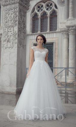 Пышное свадебное платье с округлым вырезом под горло и подчеркнутой линией талии.