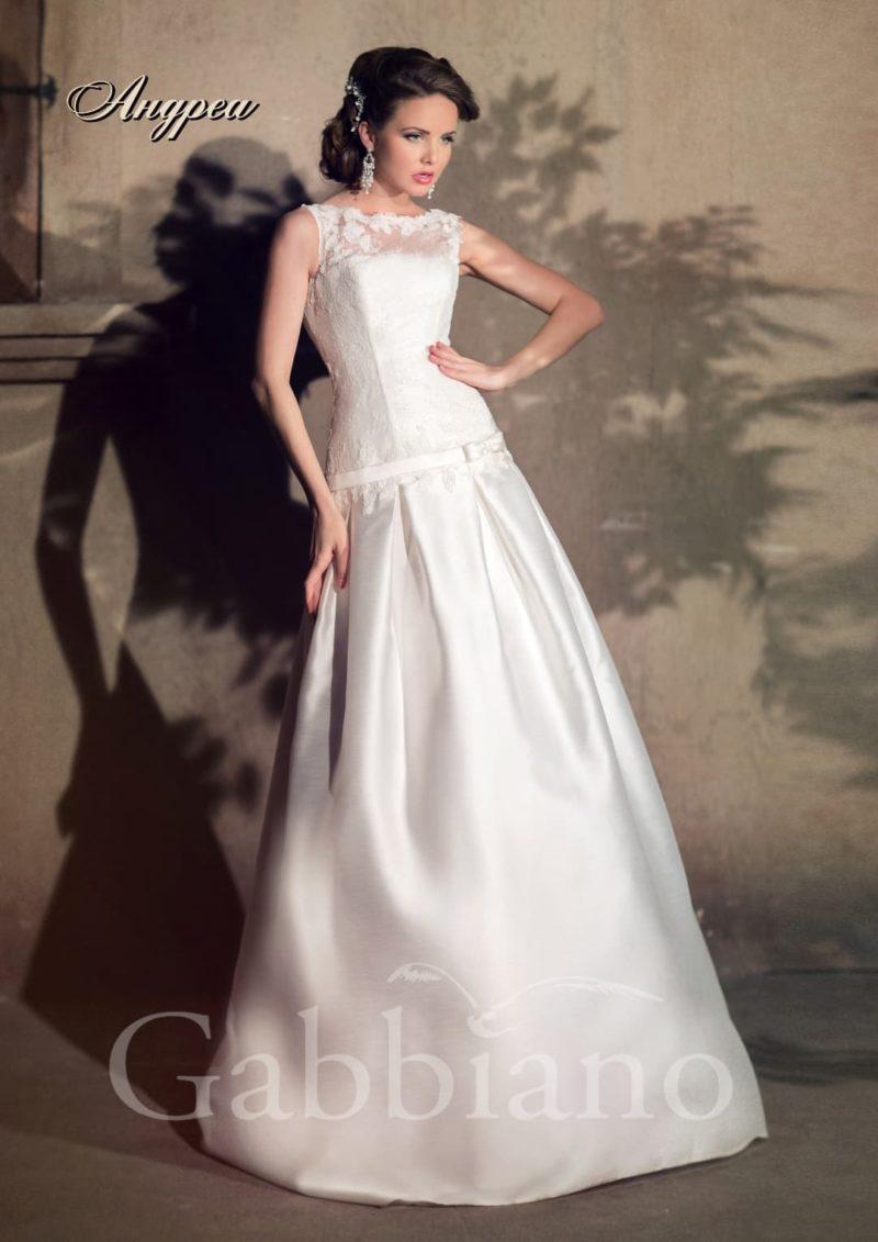 Свадебное платье силуэта «принцесса» с атласной юбкой и закрытым ажурным верхом.