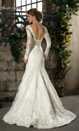 Закрытое свадебное платье силуэта «рыбка» с ажурными рукавами и вырезом на спинке.
