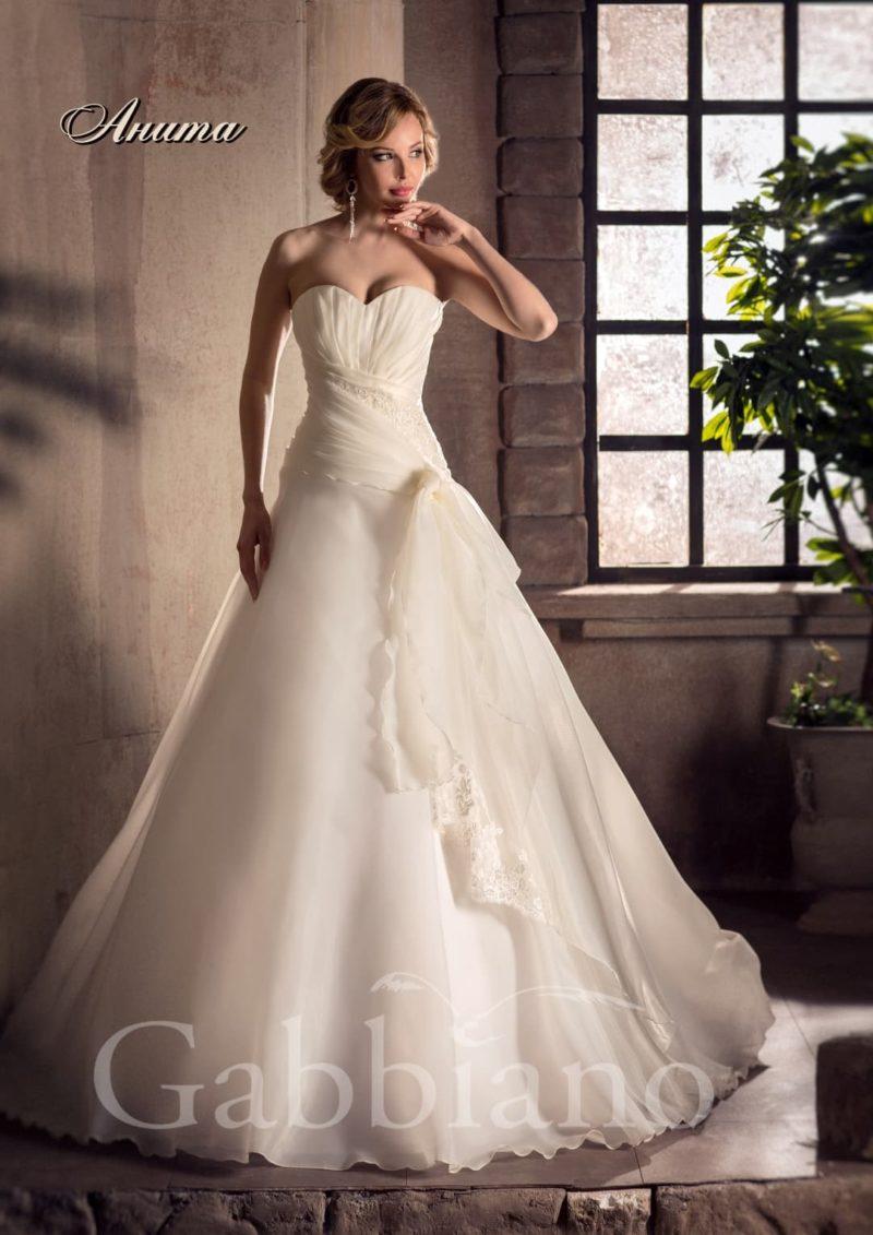 Стильное свадебное платье с оборками на открытом корсете и юбкой А-силуэта.