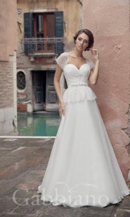 Свадебное платье силуэта «принцесса» с пышной баской и изящными кружевными рукавами.
