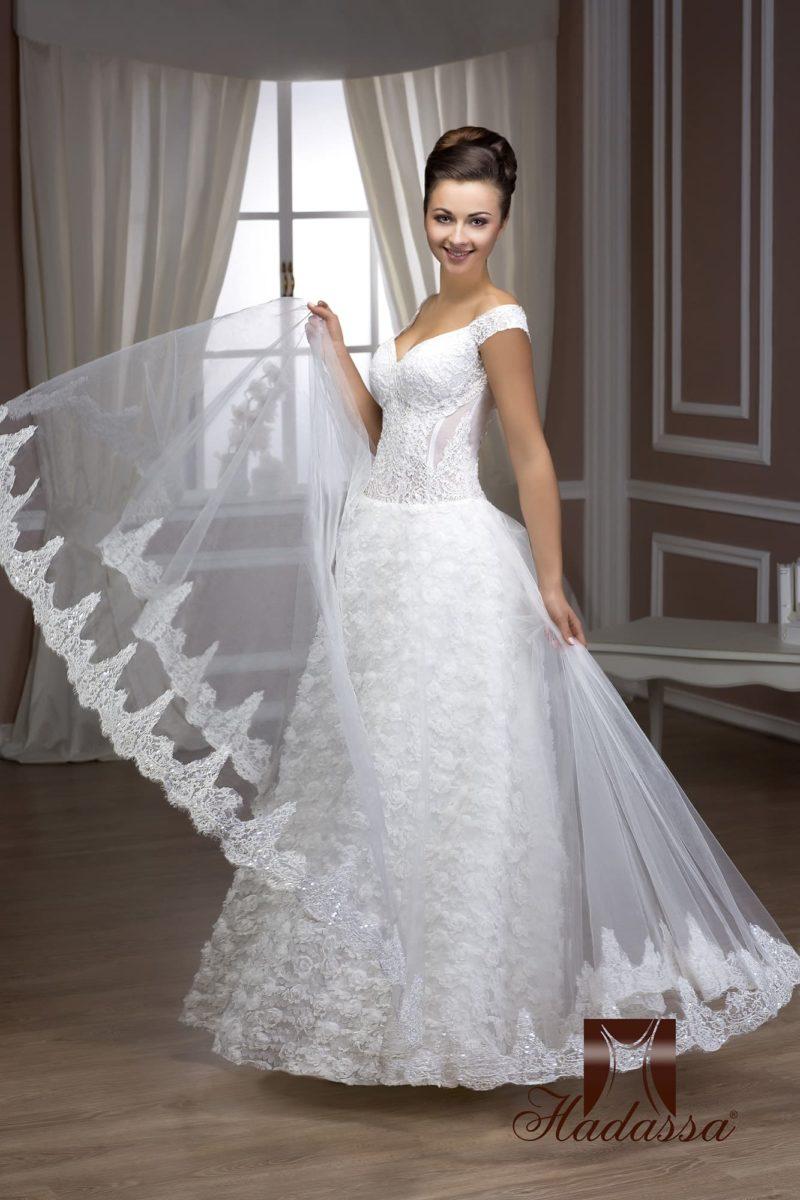 Свадебное платье фактурным подолом