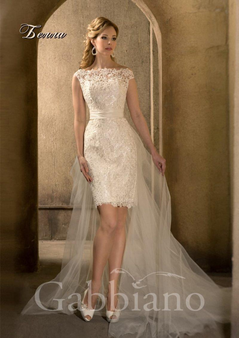 Кружевное свадебное платье длиной чуть выше колена с длинным пышным шлейфом.