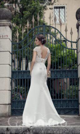 Прямое свадебное платье с изящным округлым воротником и разрезом на юбке.