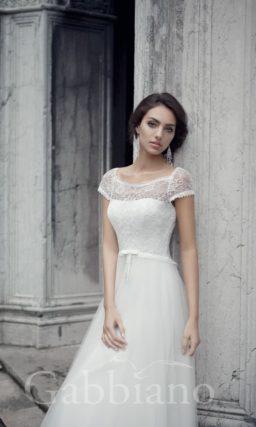Свадебное платье с закрытым верхом, короткими ажурными рукавами и юбкой А-силуэта.