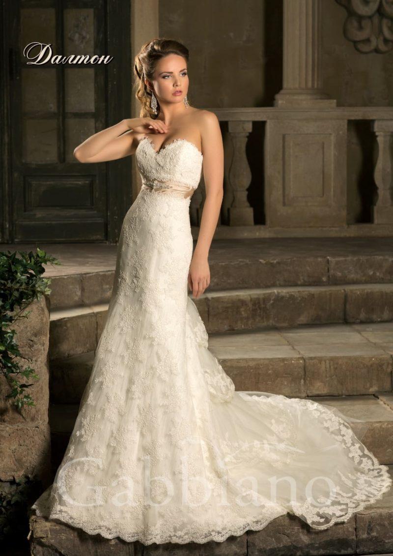 Кружевное свадебное платье прямого силуэта с многоярусным шлейфом и открытым верхом.