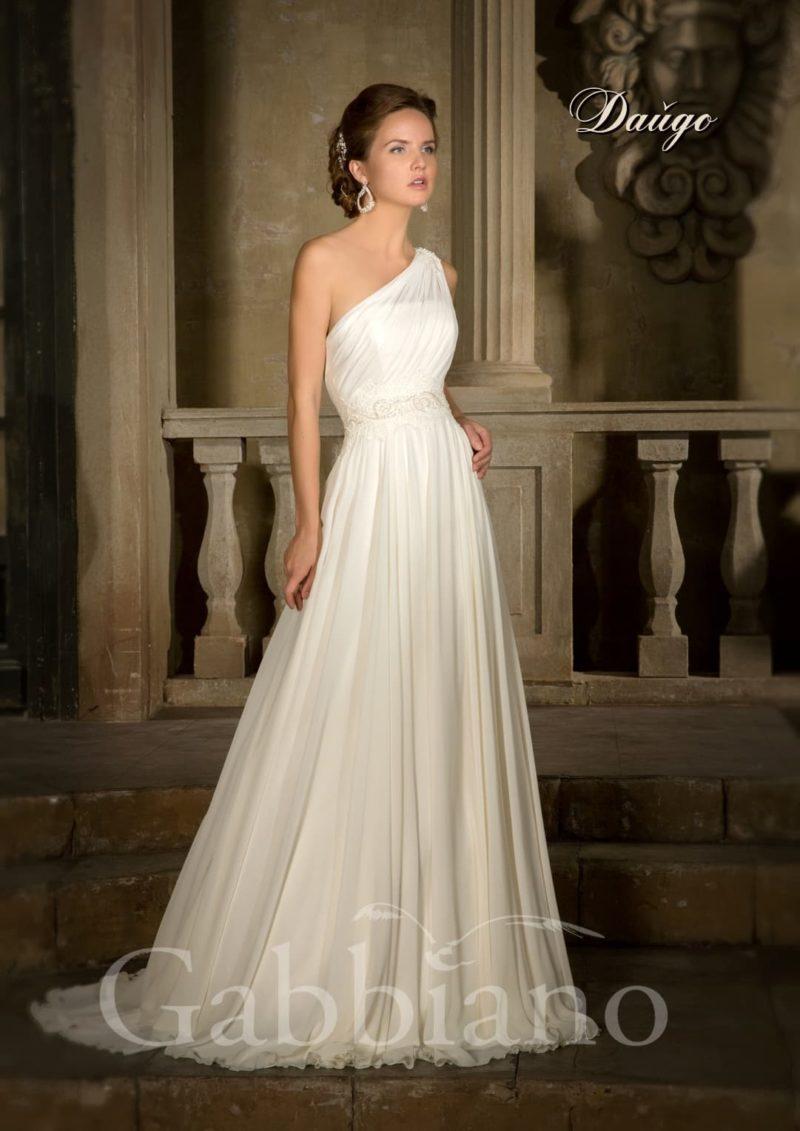 Прямое свадебное платье с декором из драпировок и асимметричным кроем верха.
