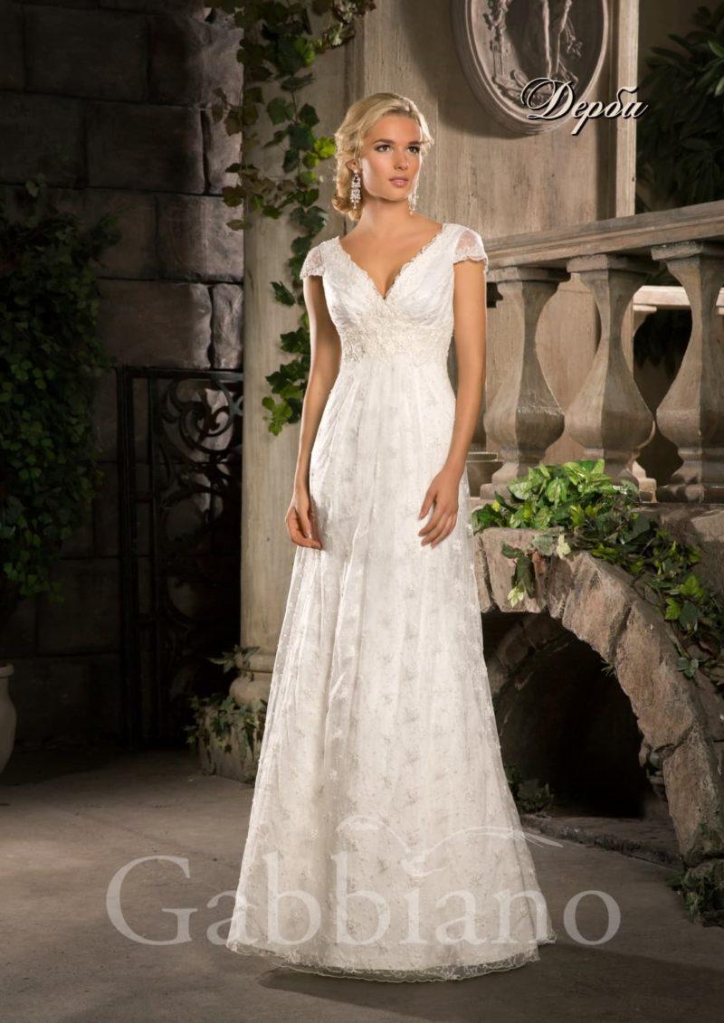 Ажурное свадебное платье с юбкой прямого силуэта и небольшим V-образным вырезом.