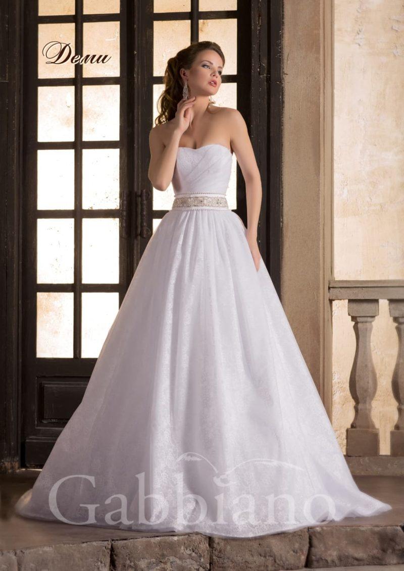 Свадебное платье «принцесса» из фактурной ткани с широким поясом на уровне талии.