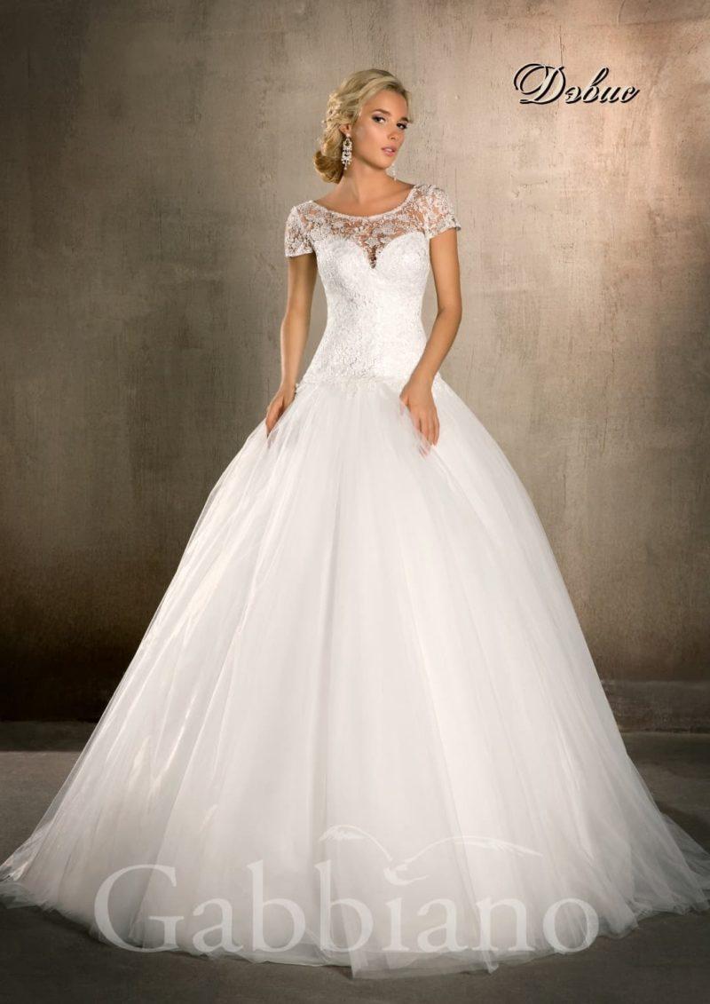 Пышное свадебное платье с короткими ажурными рукавами и округлым вырезом.