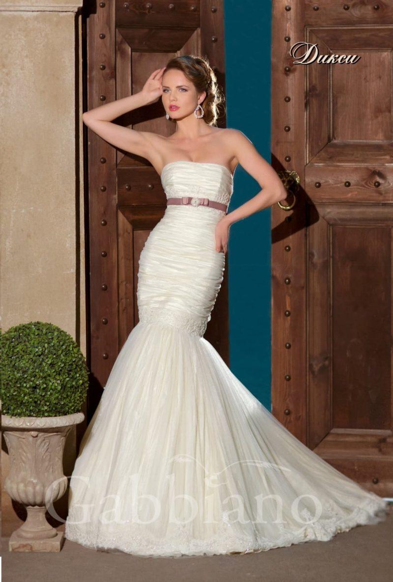Открытое свадебное платье силуэта «рыбка» с атласным поясом сразу под лифом прямого кроя.