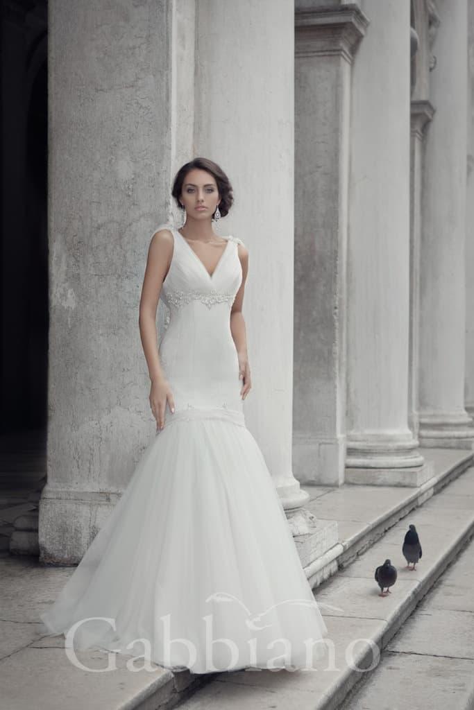 Изысканное свадебное платье с облегающим кроем и необычным оформлением верха.