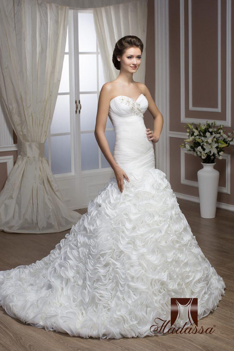 Необычное свадебное платье облегающего силуэта «русалка» с отделкой из множества оборок.
