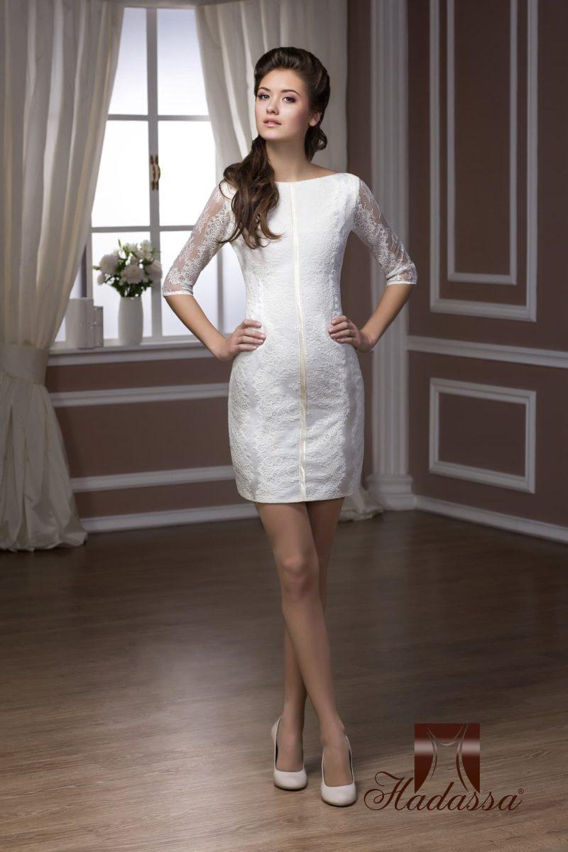 Облегающее свадебное платье длиной чуть выше колена с длинными ажурными рукавами.