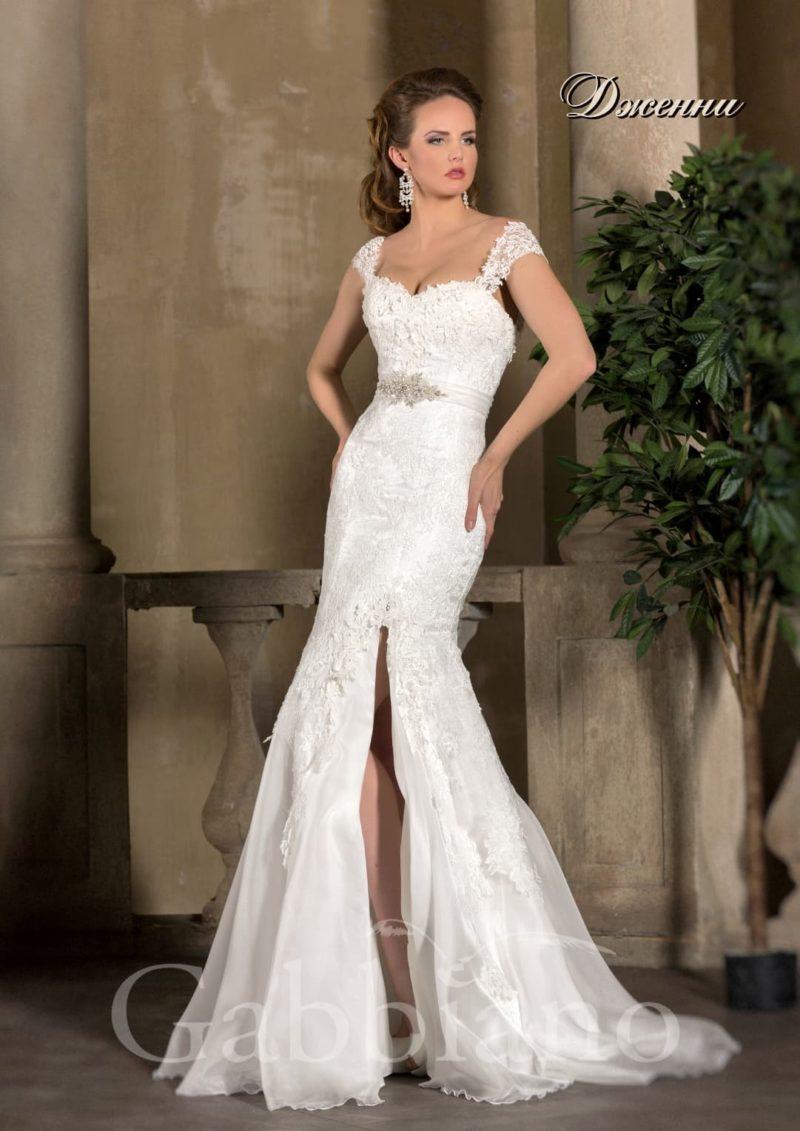 Соблазнительное свадебное платье с широкими кружевными бретелями и юбкой «рыбка».
