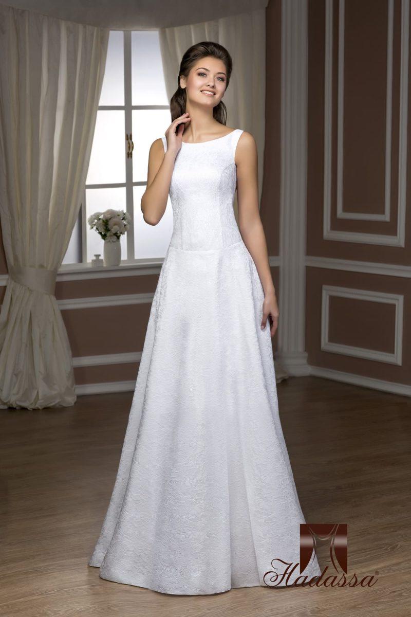 Изысканное свадебное платье прямого кроя из глянцевой атласной ткани с цветочной фактурой.