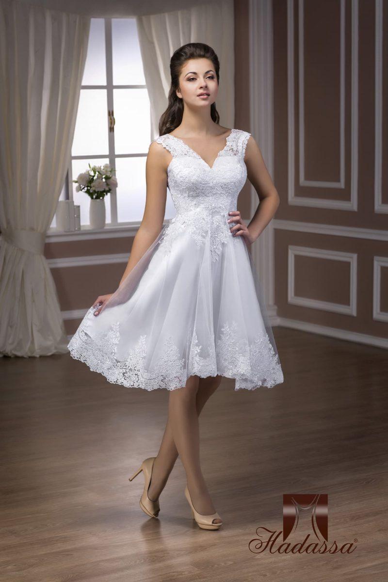 Короткое свадебное платье с роскошной кружевной отделкой и V-образным вырезом лифа.