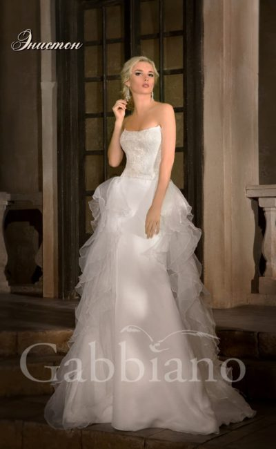 Свадебное платье с атласной юбкой силуэта «рыбка» и пышным шлейфом сзади.