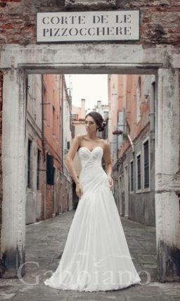 Свадебное платье с юбкой А-силуэта со шлейфом и тонкими драпировками, укрывающими корсет.