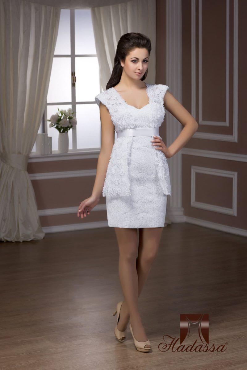 Короткое свадебное платье облегающего кроя с фактурным длинным болеро поверх.