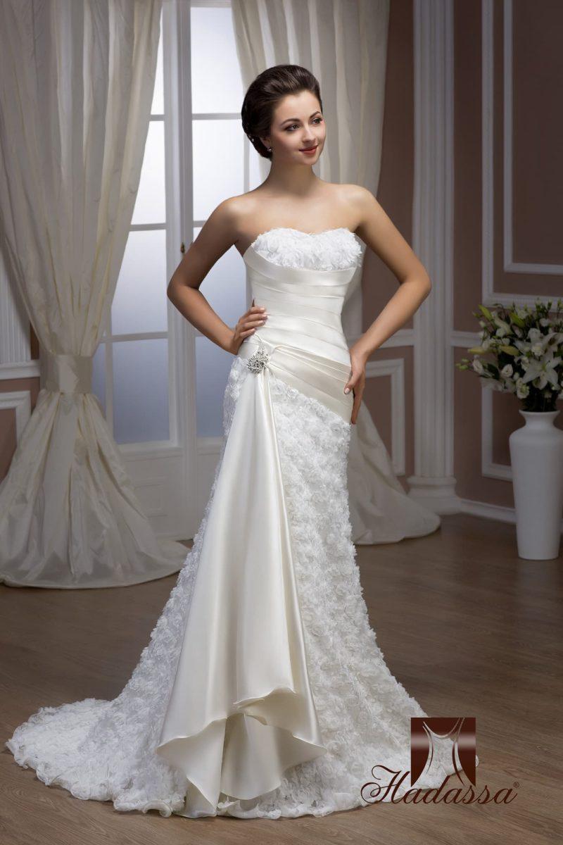 Фактурное свадебное платье с драматичным силуэтом «рыбка» и атласным поясом.
