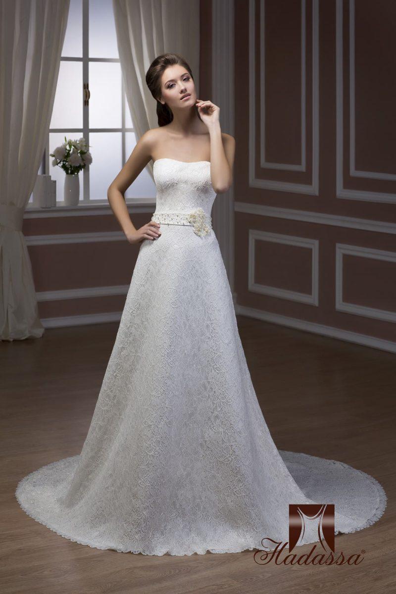 Открытое свадебное платье А-силуэта с фактурной отделкой, широким поясом и роскошным шлейфом.