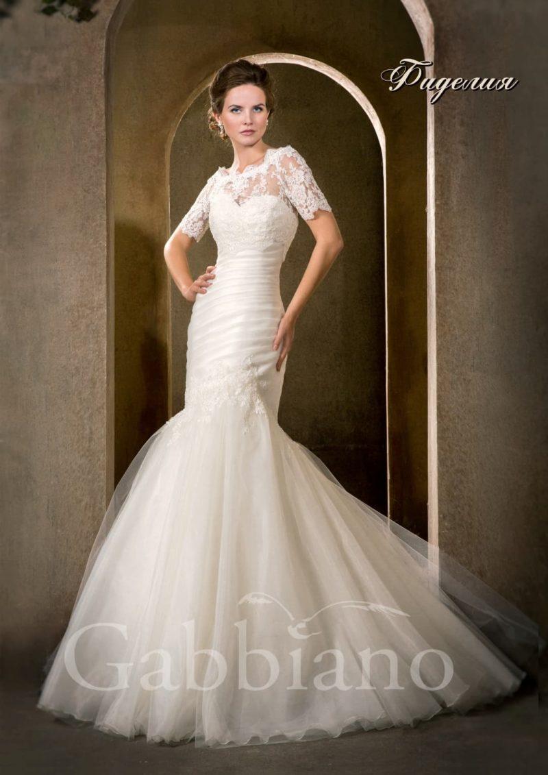 Закрытое свадебное платье силуэта «рыбка» с округлым вырезом и короткими рукавами.