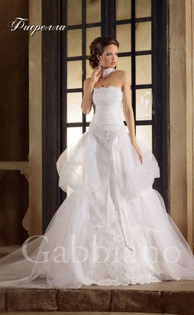 Стильное свадебное платье «принцесса» с фигурным краем лифа и пышными оборками на юбке.