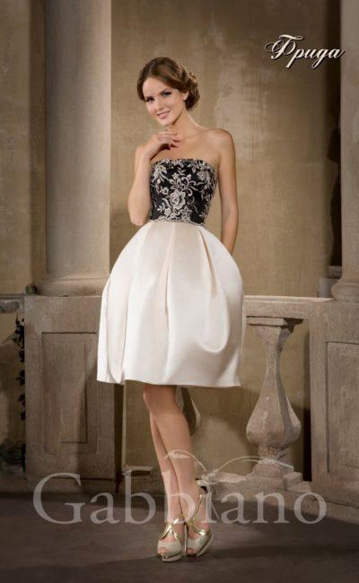 Драматичное свадебное платье с атласной юбкой-тюльпан и открытым корсетом из черной ткани.