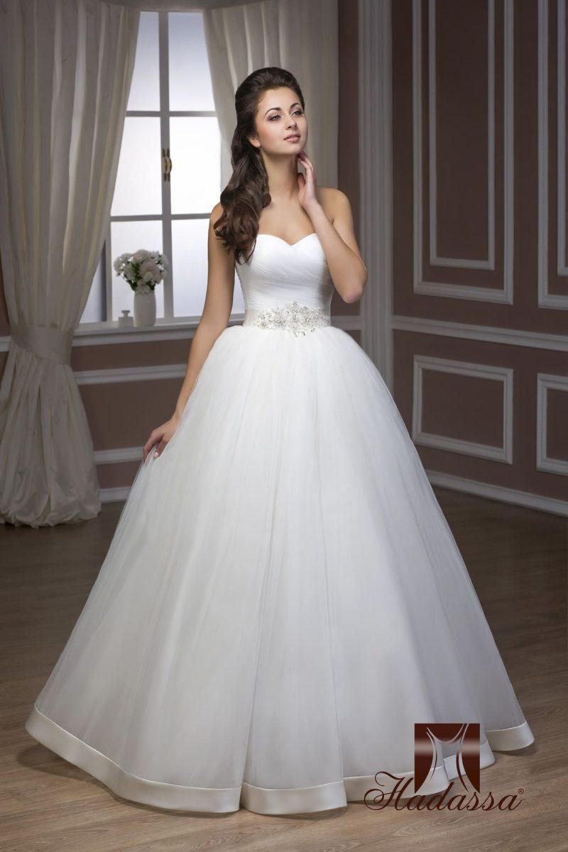 Свадебное платье с открытым корсетом с драпировками и многослойной пышной юбкой.