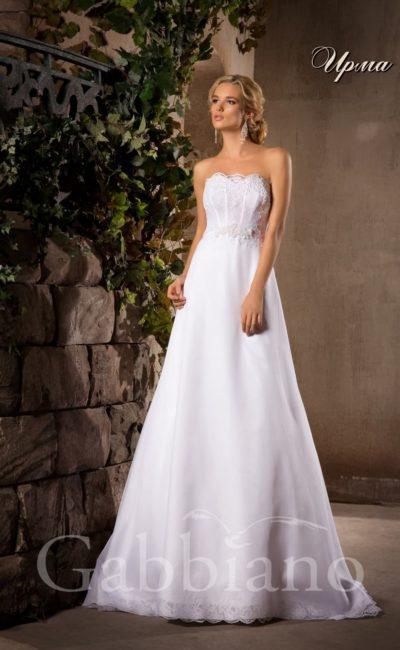 Нежное свадебное платье с юбкой А-силуэта и открытым корсетом, покрытым кружевом.