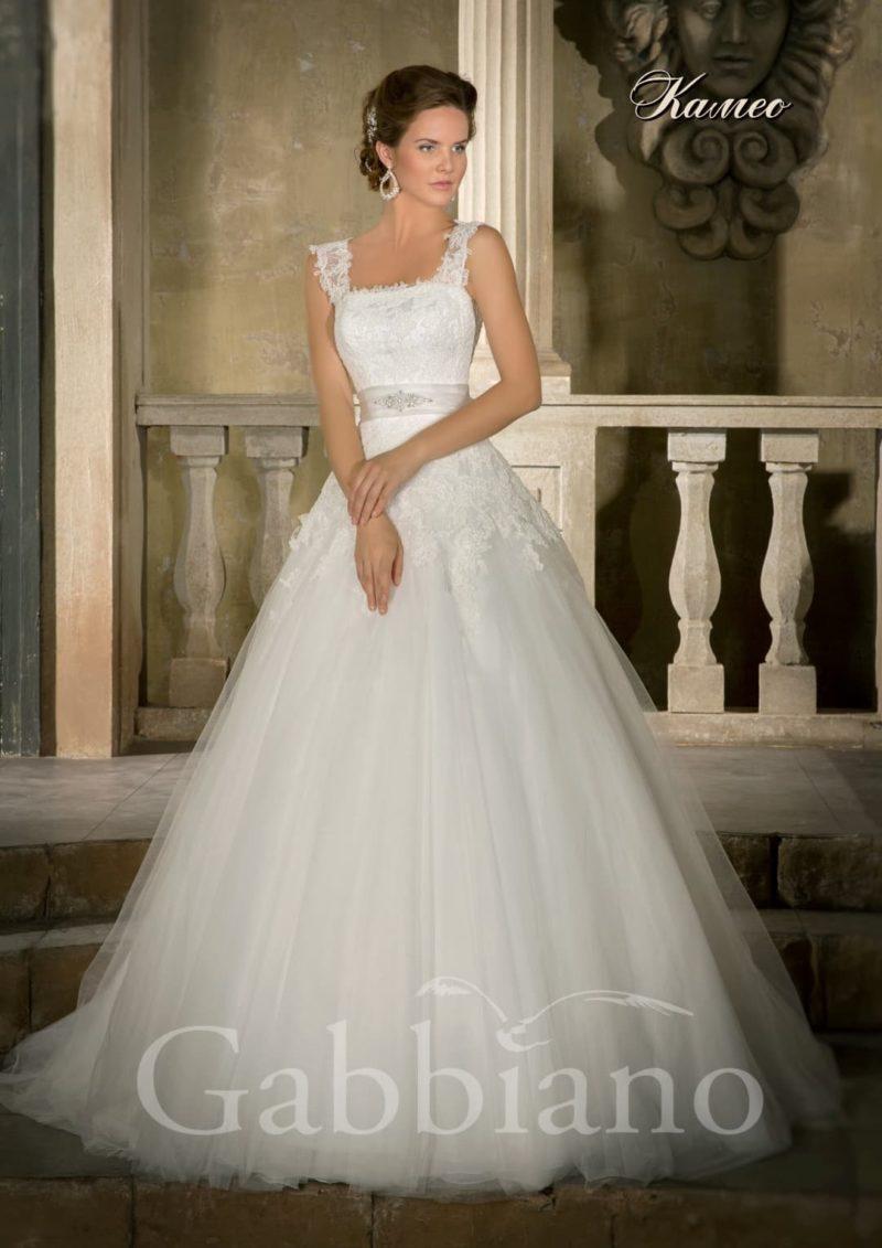 Свадебное платье с пышным силуэтом, кружевными бретелями и атласным поясом.